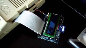 HxC behöver kopplas med datakabel och strömsladd.