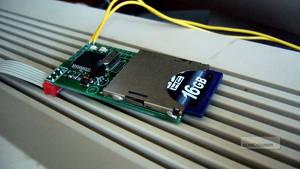 Ett SD2IEC-kort där de gula kablarna visar var pinne 1 och 2 sitter.