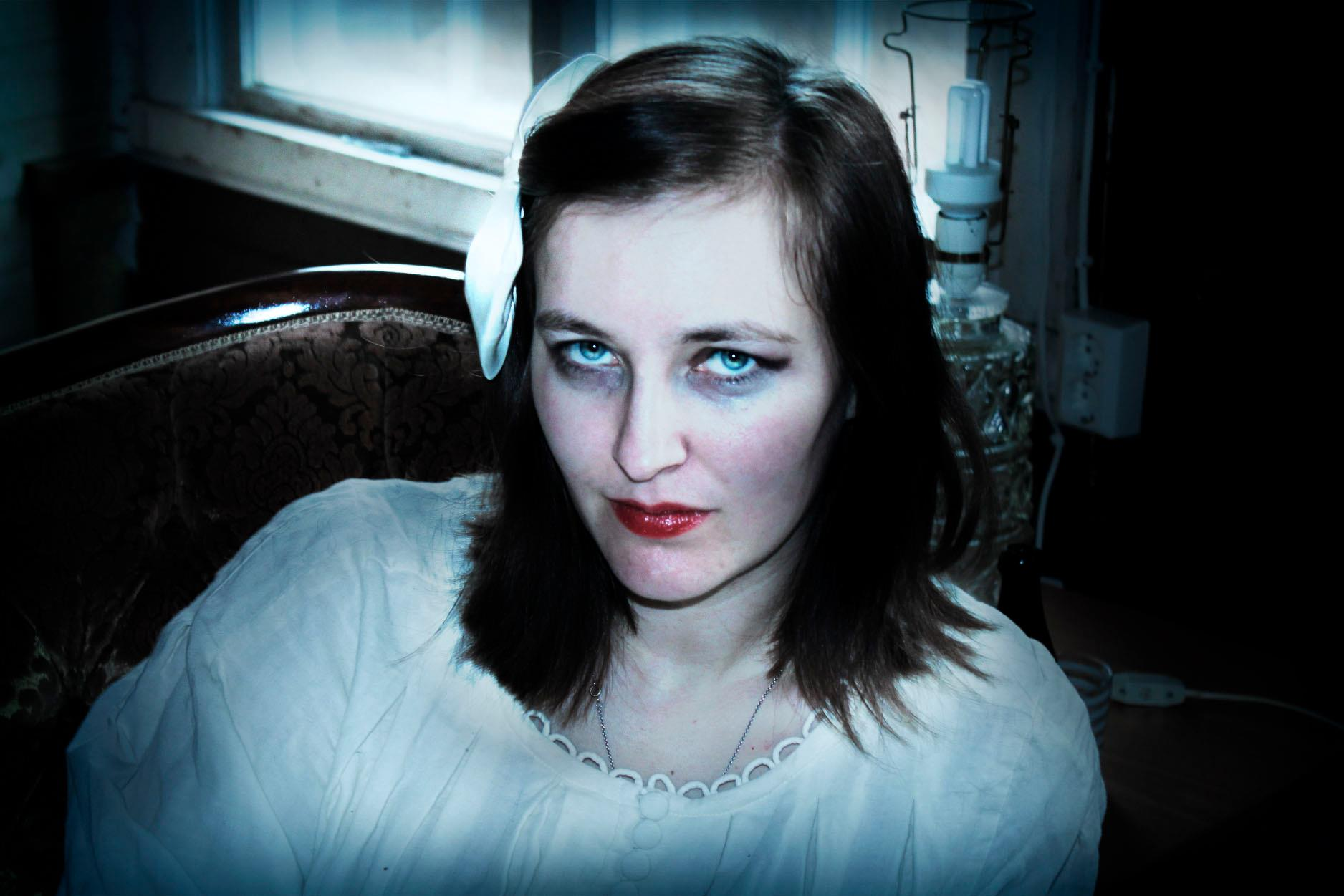 Anna-Karin som vampyr. Foto: Carolina Dahlberg.