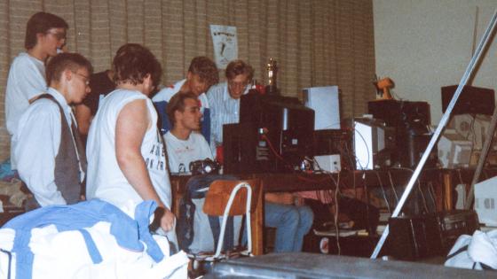 Kim Isaksen vid datorn (mitten) flankerad av Mahoney och Kaktus till höger.