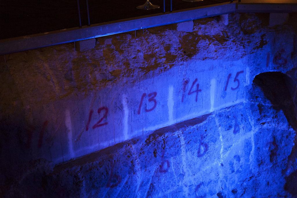 Mystiska tecken på väggar och tak